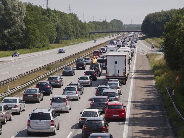 Fremtidens grønne transport består også af biltrafik, og derfor skal vi sikre bedre veje, der harmonerer med den grønne omstilling.